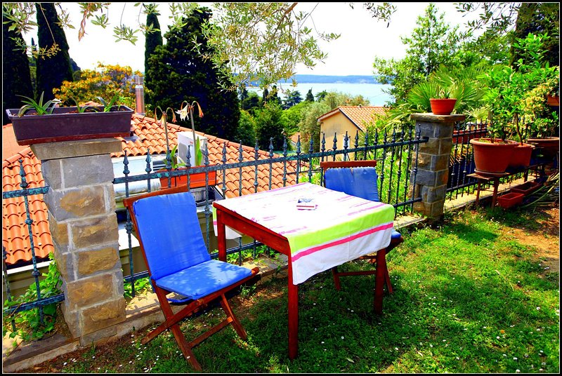 VP3 Garden View Holiday Room with Private Bathroom, holiday rental in Strunjan
