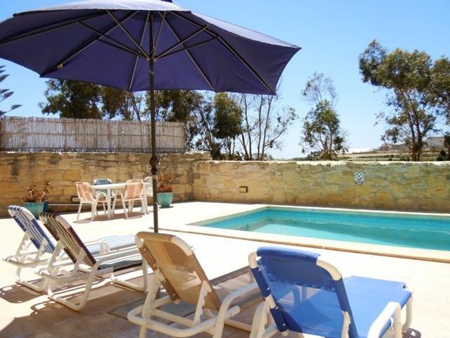 GIDI holiday house pool with sun bathing area
