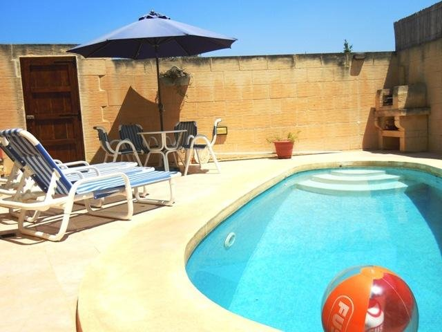 DUN NASTAS holiday house pool with sun bathing area