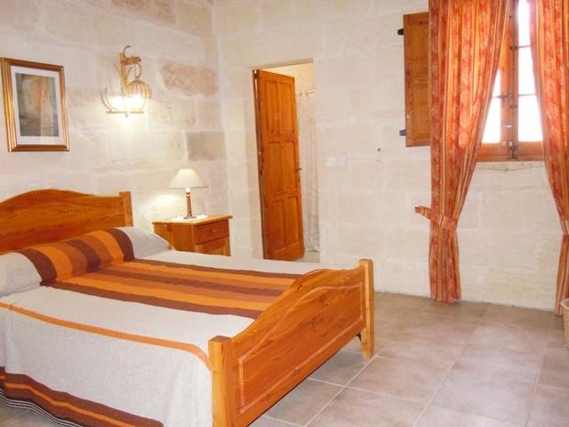 DUN NASTAS holiday house double bedroom with en suite shower room