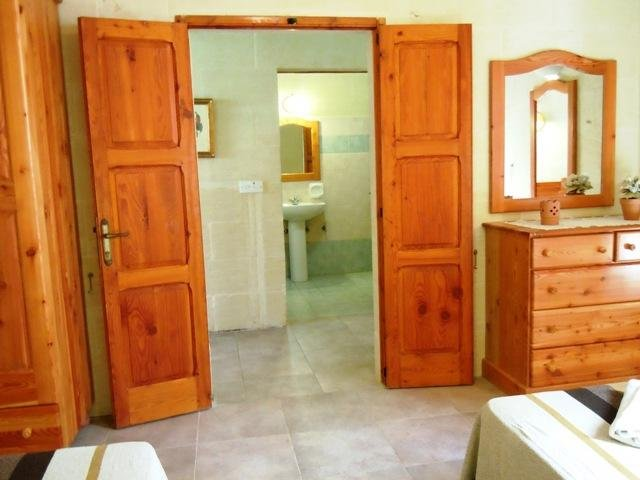 Other side of DUN NASTAS holiday house twin bedroom facing bathroom