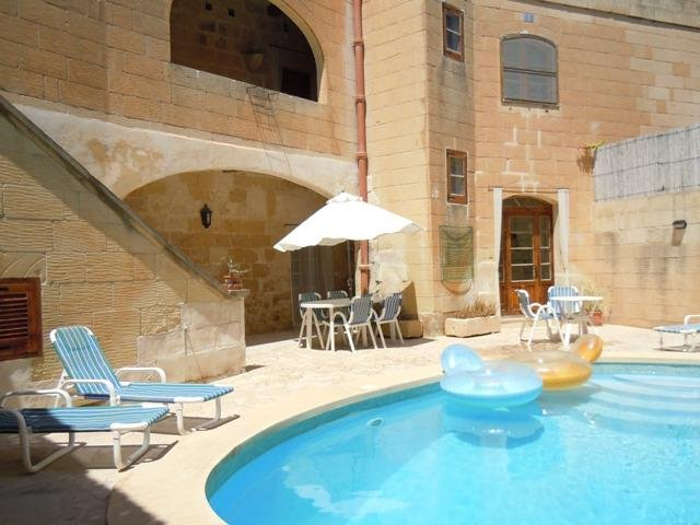 BALLUTA holiday house pool area