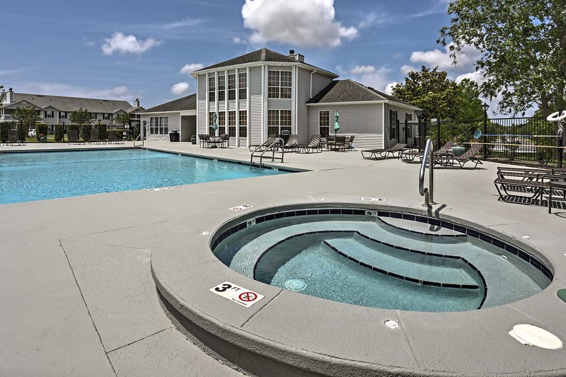 Gulf Shores Condo w/ Pool Access - Beach 4 Miles!, location de vacances à Bon Secour
