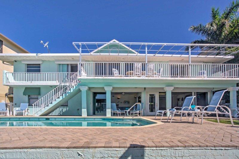 Das Haus verfügt über einen großen Platz im Freien, mit einem privaten Pool, geräumigem Deck und viele Bereichen Lounge in der Sonne Florida herum.