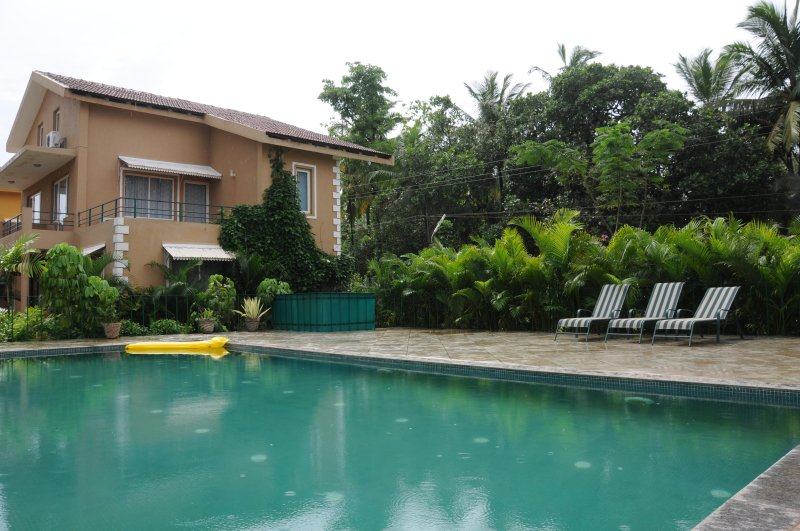 Spacious 3BR villa in lush gated community with pool walking distance to beach, holiday rental in Varca