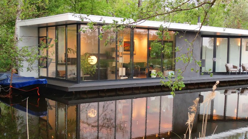 An architect designed stunning contemporary houseboat., holiday rental in Wanneperveen