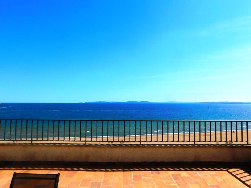 Apartamento vacacional con vistas frontales al mar en Roses, Costa Brava, holiday rental in Roses