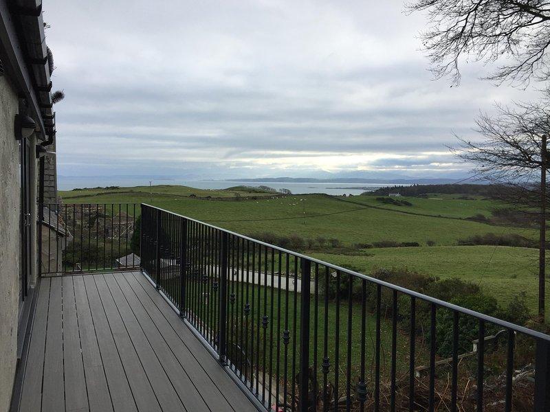 Balcón que recorre el largo completo del establo accesible desde el salón o el dormitorio a través de las puertas del patio.