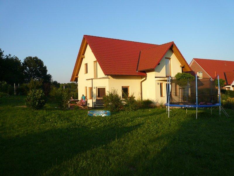 Familienfreundliches modernes Ferienhaus 100qm in Ostseenähe, holiday rental in Schwaan