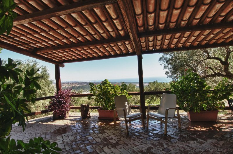 Oliveta: tra mare ed ulivi sul golfo di Squillace, holiday rental in Caminia