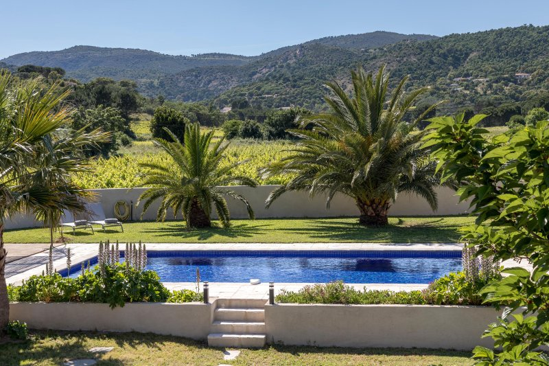 Air-conditioned, 4 bedroomed, 4 bathroomed villa, large heated pool + fab views, holiday rental in Plan de la Tour