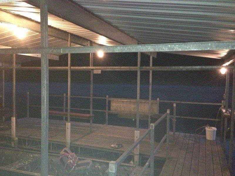 iluminado doca coberta, aluguel de barco