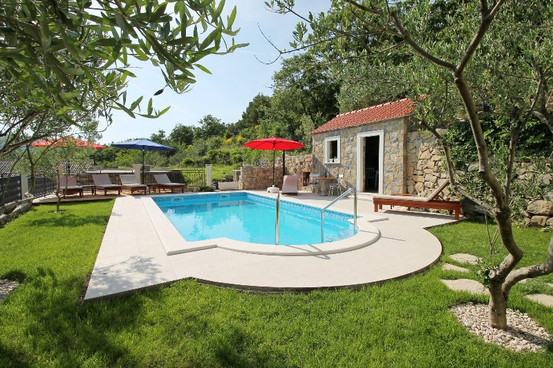 VILLA VULTANA with 30m2 private pool, 4 bedrooms and play area
