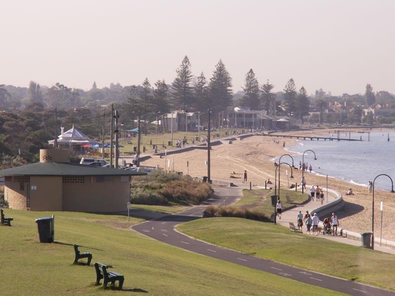 Hermosa playa Elwood, de un minuto a pie