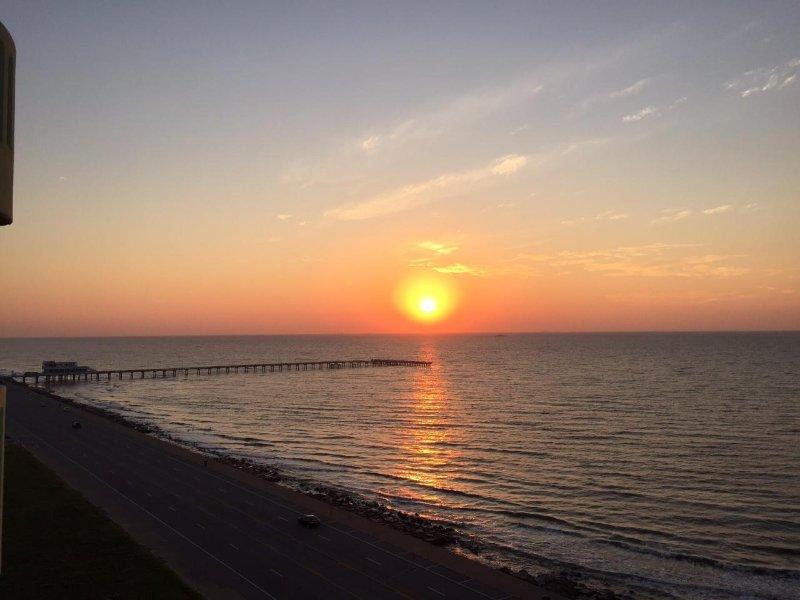 Nascer do sol sobre o cais de pesca Galveston - vista da varanda.