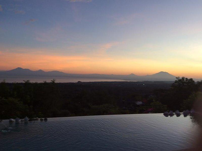 con vistas a la salida del sol y el volcán Agung desde la piscina
