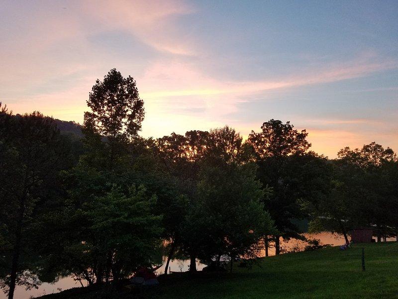 Schitterende zonsondergang vanaf het nieuwe terras met uitzicht op Norris Lake