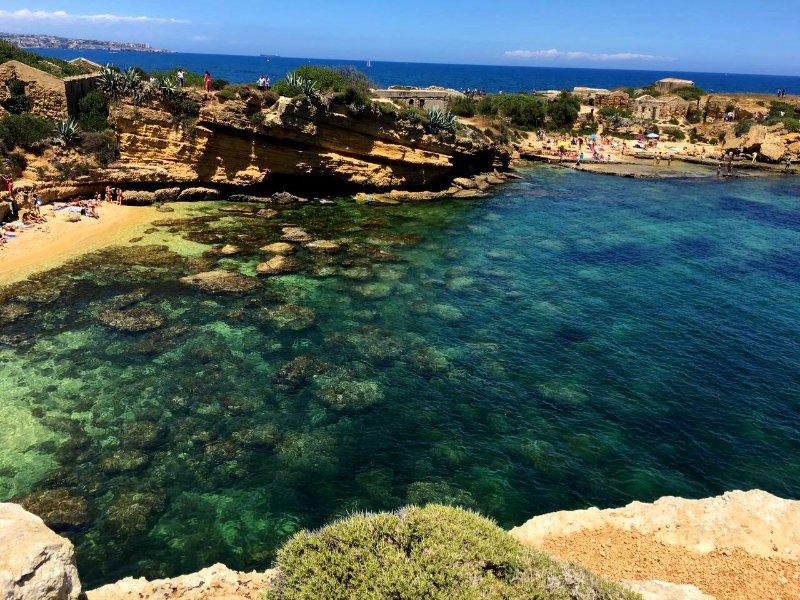 la maravillosa playa Pillirina, Mola, a 3 minutos en coche ya 45 minutos a pie