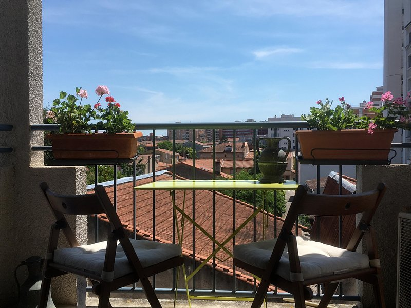 A cozy balcony to take breakfast at the Toulouse sun