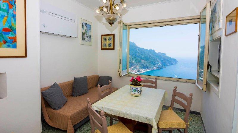 Soggiorno con divano letto con vista sul Golfo di Salerno.