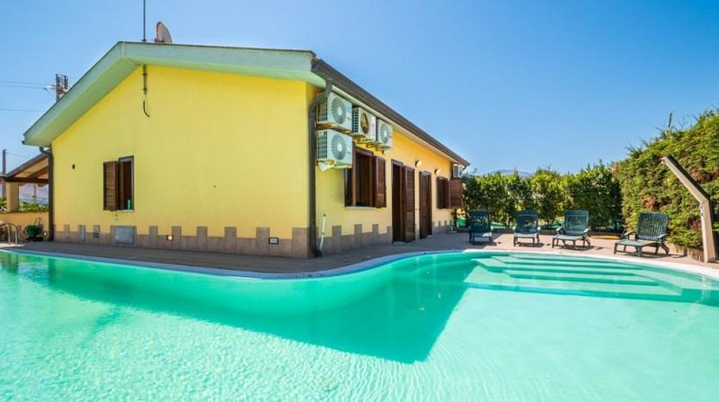 5 star RELAX VILLA WITH HUGE PRIVATE SWIMMING POOL, holiday rental in Lascari