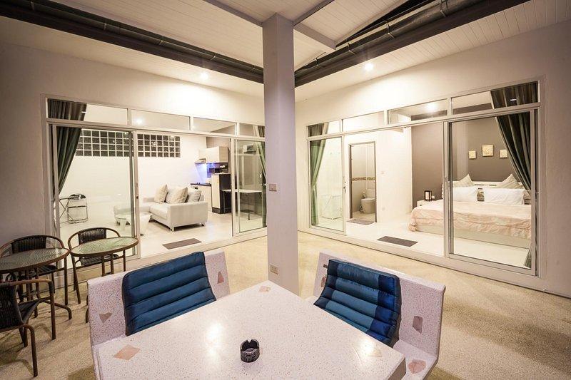 Area salotto all'aperto lato piscina.