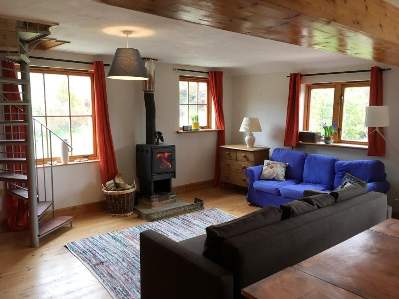 Light Spacious well equipped farmhouse, Ferienwohnung in Bridport