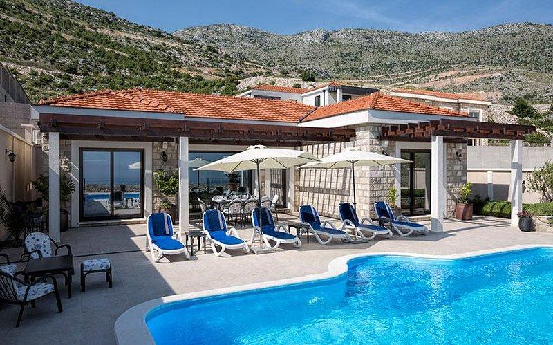 Entrez dans cette piscine d'eau salée 5 étoiles ou adorez le soleil sur les confortables chaises longues