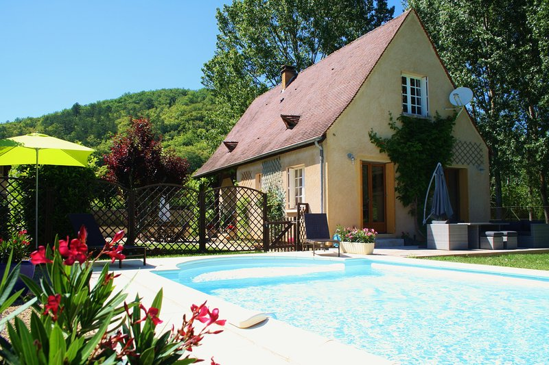 LA POCHE - ENCLOSED GARDEN AND POOL, PEACE AND QUIET IN THE VILLAGE OF DAGLAN, holiday rental in Saint Pompon