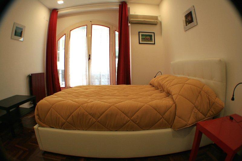 Dormitorio # 1 - rey tabla de tamaño bed.Bedside con la luz dedicado, dobles cajones del armario y espejo de ala