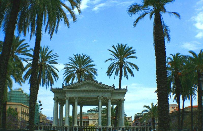 escenario de música antigua plaza de Politeama.