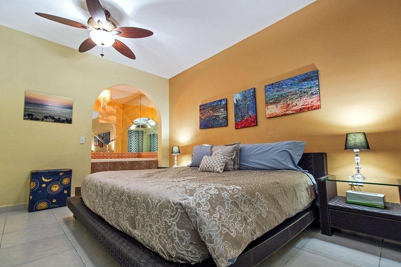 Master Suite met kingsize bed, een jacuzzi, een eigen badkamer