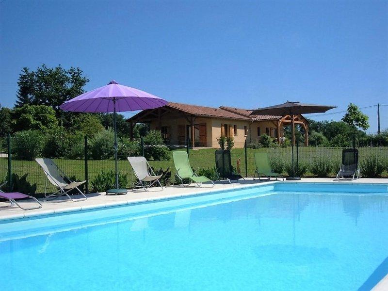 Gite très confortable piscine chauffée dans un ecrin de verdure, holiday rental in Beaumont-du-Perigord
