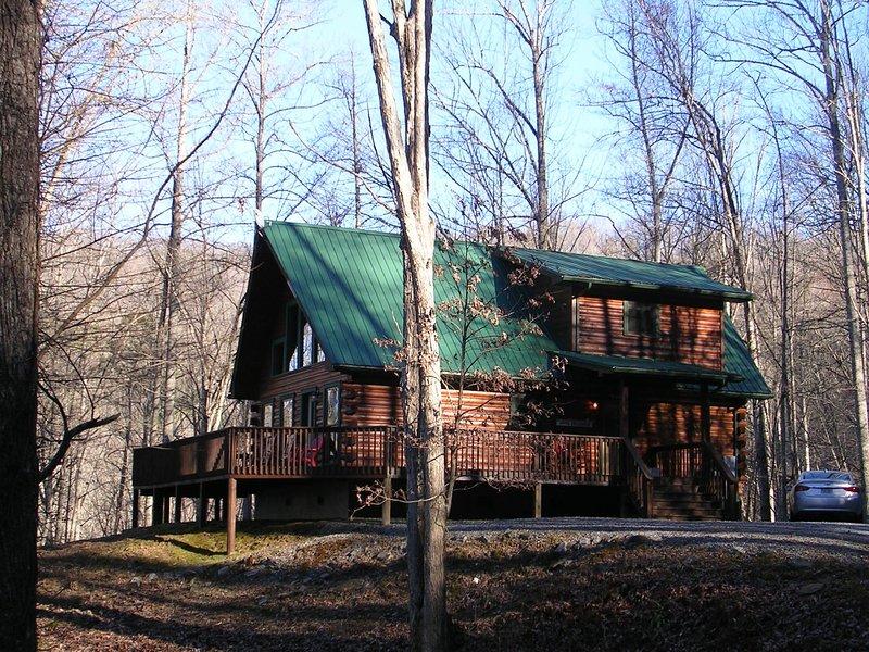 Log Cabin avec enveloppe autour du pont et un grand parking plat.