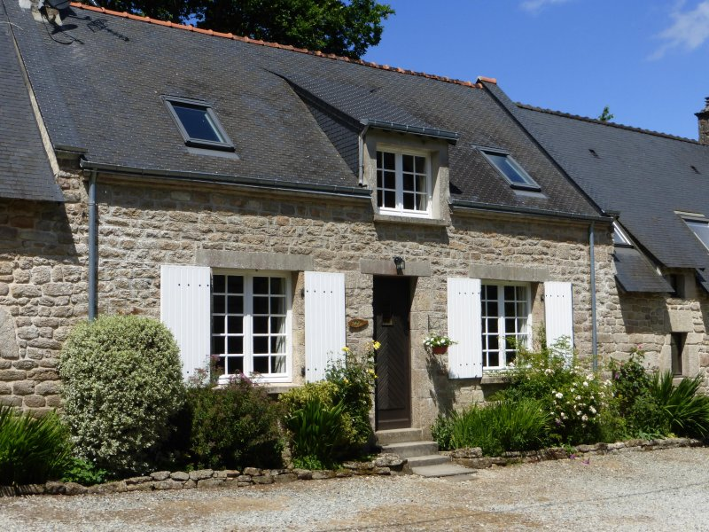 Luxury cottage with large shared heated pool set in 30 acres, holiday rental in Guemene-sur-Scorff