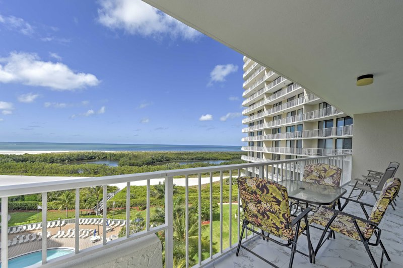 Sorseggiate le vostre bevande preferite e godetevi i panorami mozzafiato dal balcone!