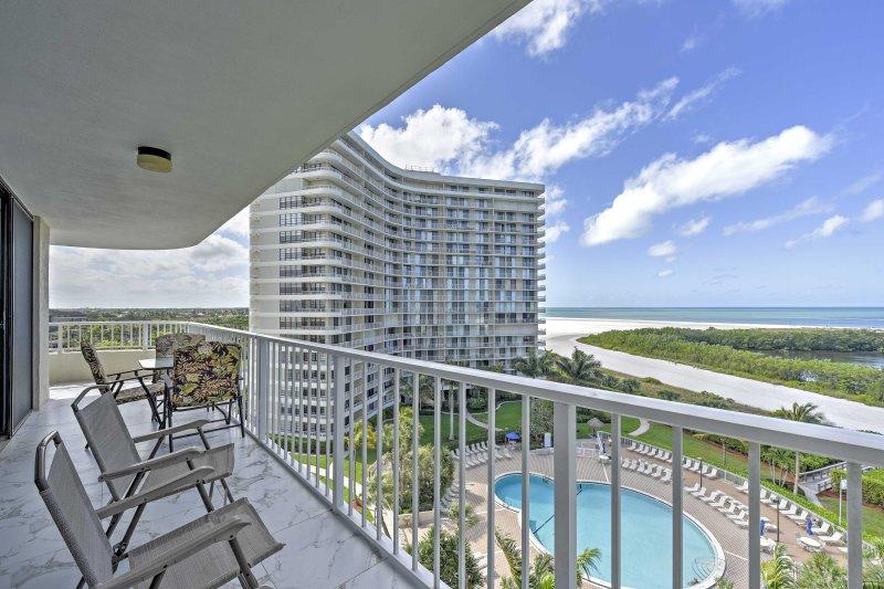 Non si può battere la vista sull'oceano da questo grazioso balcone privato.