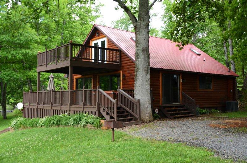 Waters Edge Lake Front Cabin on Beautiful Lake Nantahala, holiday rental in Nantahala Township