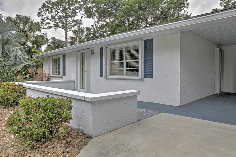 This lovely 2-bedroom, 2-bathroom vacation rental house in Vero Beach is perfect for a group of 4 travelers who want a quiet Florida getaway.