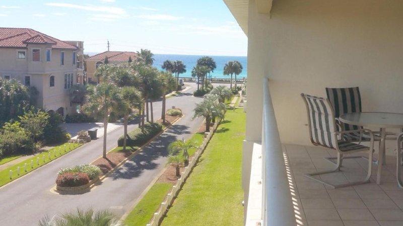 Courte distance de marche de la plage. Vue depuis le balcon de l'unité.