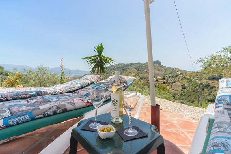 BEAUTIFUL VILLA WITH SPECTACULAR VIEWS AND HEATED POOL, holiday rental in Comares