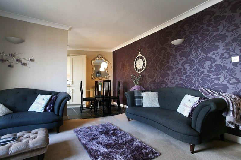 SUMMER SPECIAL- Stunning, Central Yet Quiet Luxury 2 bedroom Flat, vacation rental in Edinburgh