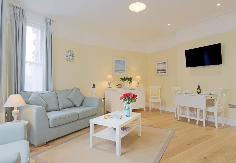 The Blyth -Suffolk House: luxurious,central apartment with fantastic sea views, vacation rental in Southwold