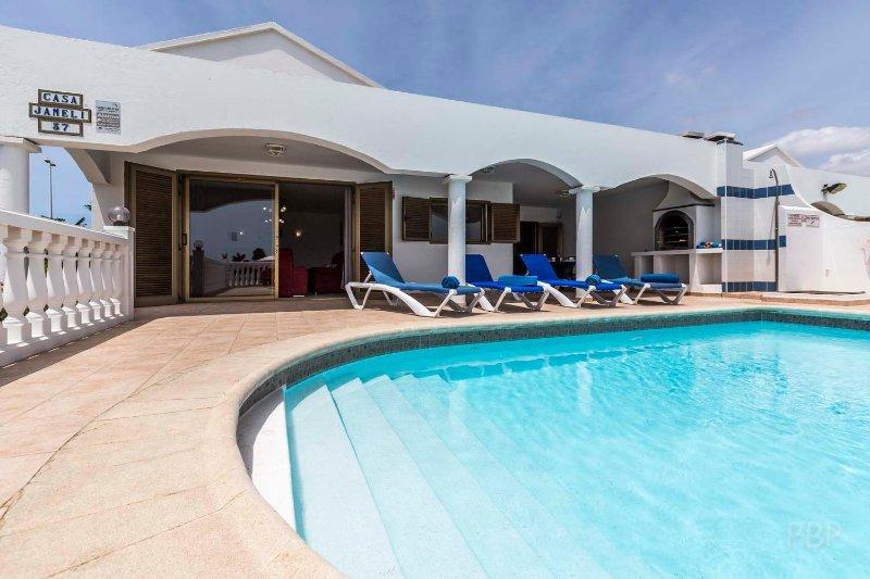 Casa Jameli, 4 Bedroom Villa with Heated Pool, Located near to Flamingo Beach, alquiler de vacaciones en Lanzarote