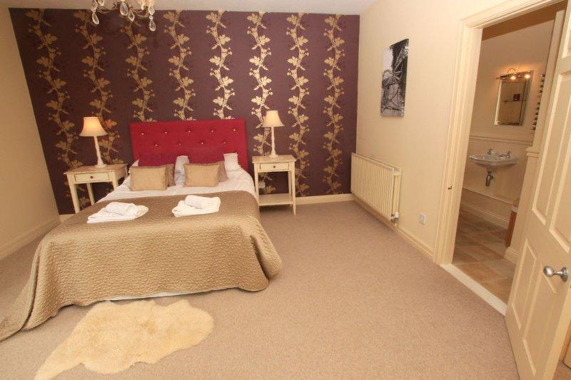 The Lindens Croyde Holiday Cottages Master Bedroom & Ensuite