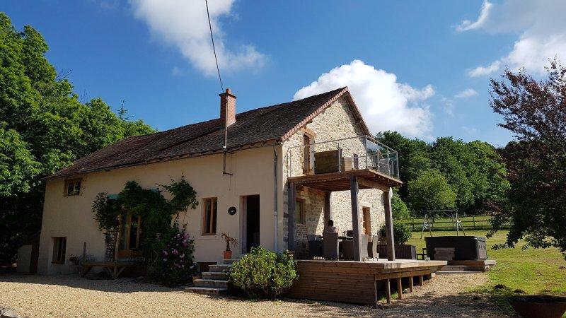 Beautiful farmhouse with heated pool, hot tub and games room. Sleeps 8, casa vacanza a Ladignac le Long
