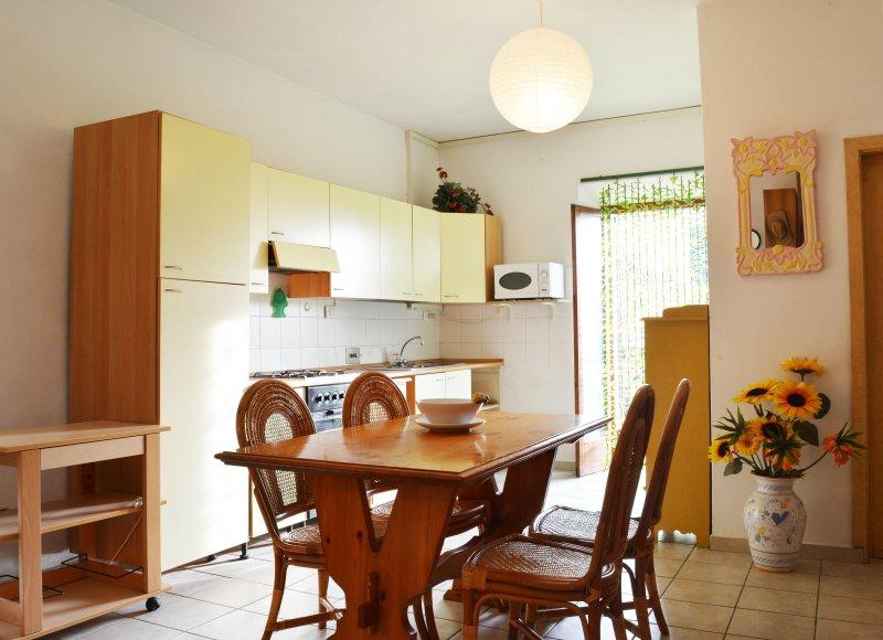 Grazioso Appartamento con Terrazza e giardino panoramici, holiday rental in Volterra