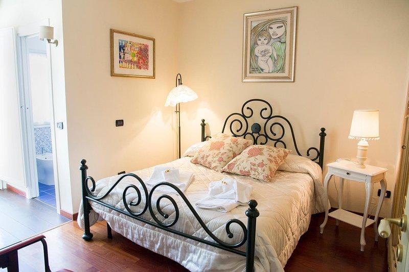 dormitorio con cuarto de baño con vistas al jardín