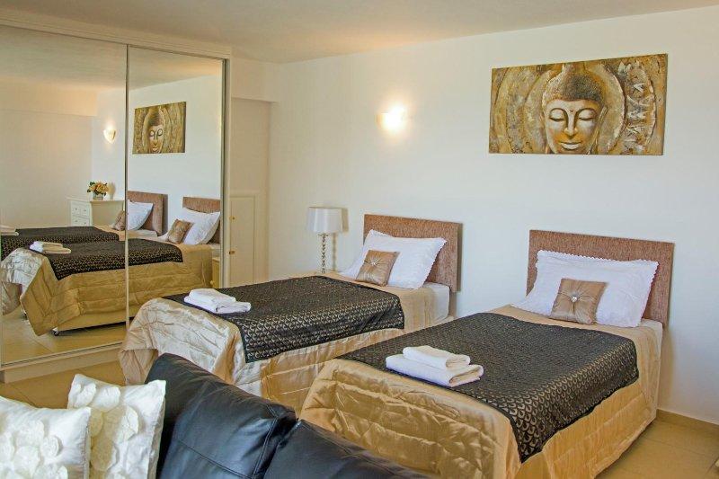 Estudio de lujo con amplia sala de estar, incluyendo cocina equipada, con vistas a la piscina privada.