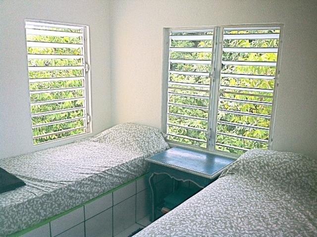 camera da letto # 2 con un letto full size e un letto singolo.